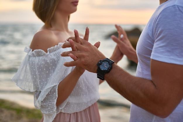 Liebhaber mann und frau umarmen und küssen stehen an der klippe