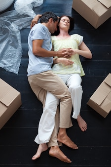Liebhaber schlafen auf dem boden