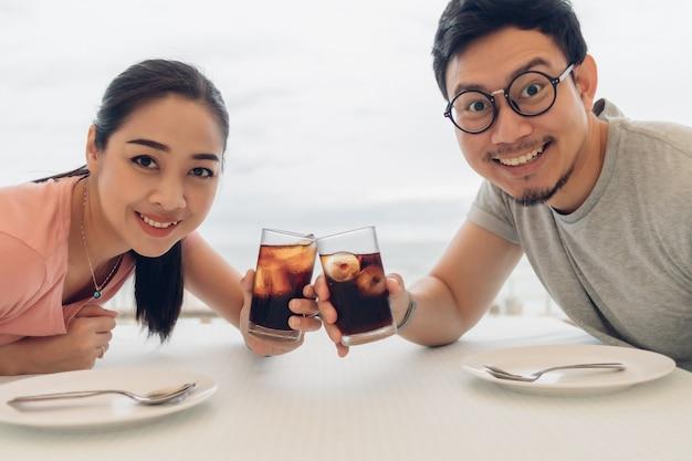 Liebhaberpaar, das ein date im restaurant am strand hat.