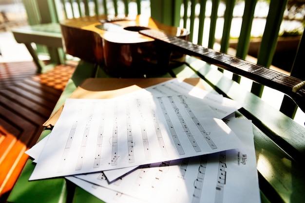 Liedermacher-melodie-kreativitäts-gitarren-musikinstrument-konzept