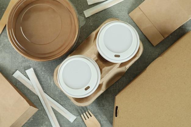 Lieferbehälter für lebensmittel zum mitnehmen auf grau strukturiertem tisch