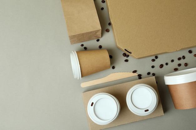 Lieferbehälter für lebensmittel zum mitnehmen auf grau