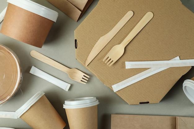 Lieferbehälter für lebensmittel zum mitnehmen auf grauer oberfläche