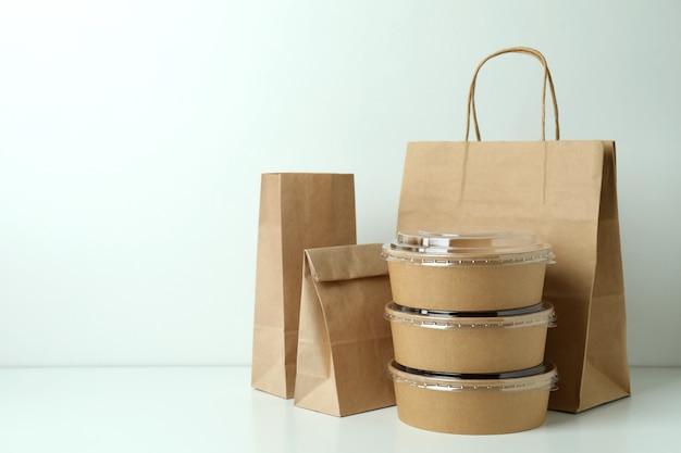 Lieferbehälter für lebensmittel zum mitnehmen auf weiß