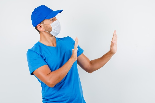 Lieferbote, der ablehnungsgeste im blauen t-shirt zeigt