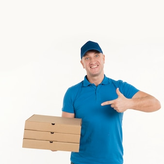 Lieferbote, der auf pizzakästen zeigt