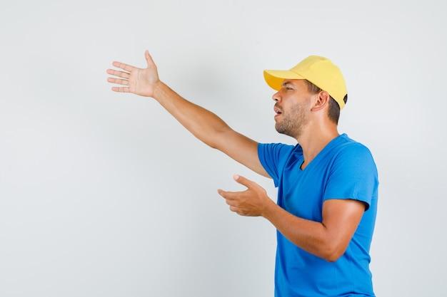Lieferbote, der jemanden im blauen t-shirt anruft