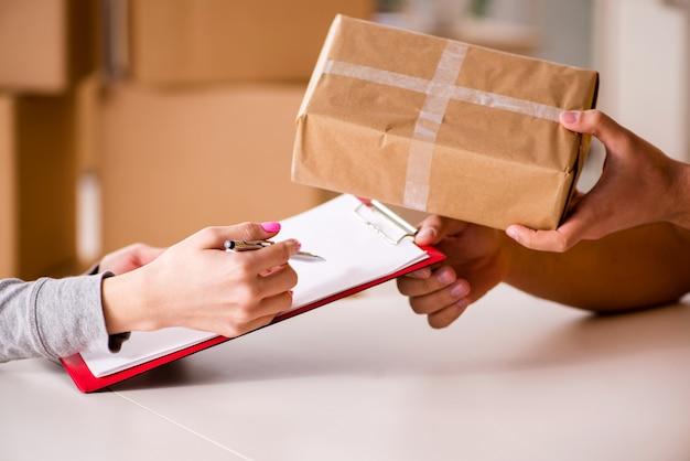 Lieferbote, der paketkasten liefert