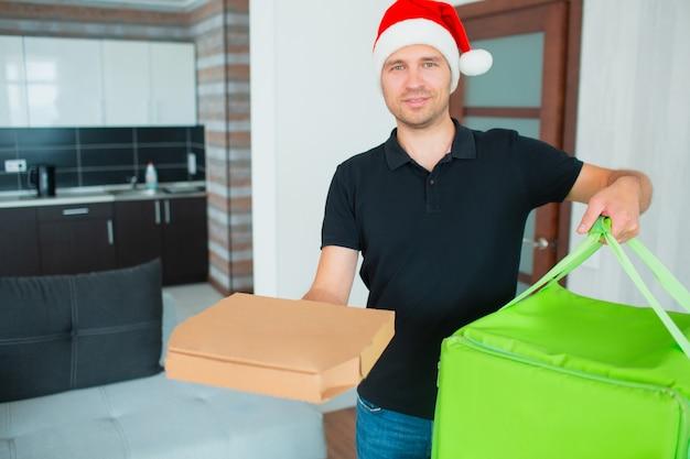 Lieferbote in roter weihnachtsmütze brachte ordnung