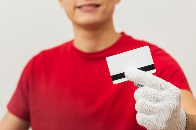 Lieferbote mit kreditkarte