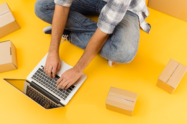 Lieferbote mit laptop und paketen