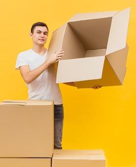 Lieferbote mit stapel von paketen