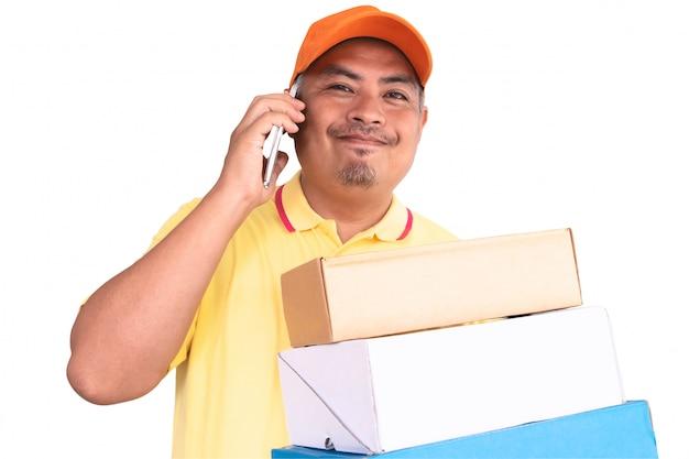 Lieferer in der orange kappe und im gelben hemd, die den paket-briefkasten trägt, senden an empfänger