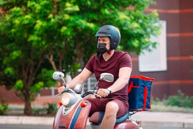 Lieferfahrer mit roller vor dem haus