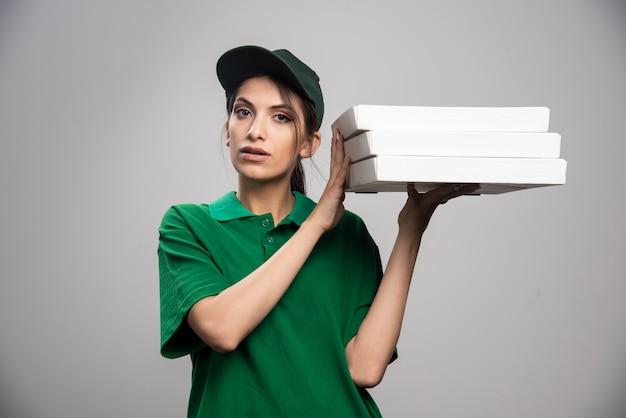 Lieferfrau, die pizza hält