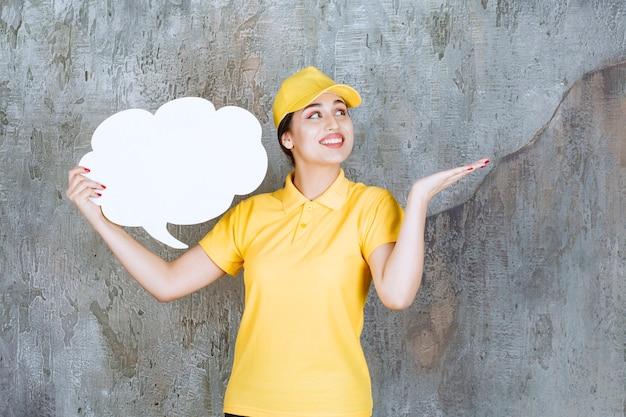 Lieferfrau in gelber uniform, die eine wolkenform-infotafel hält.