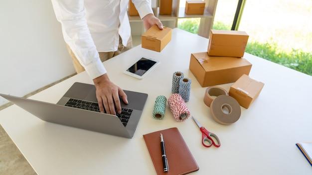 Liefergeschäft kleine und mittlere unternehmen (kmu) verpackungsbox für arbeitnehmer im distributionslager home office für den versand an den kunden.