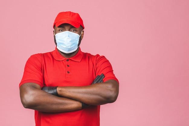 Liefermann in roter kappe leer t-shirt uniform sterile gesichtsmaske handschuhe. guy mitarbeiter arbeitet kurier