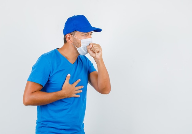 Liefermann leidet unter husten im blauen t-shirt