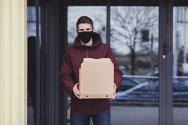 Liefermann mitarbeiter in maske