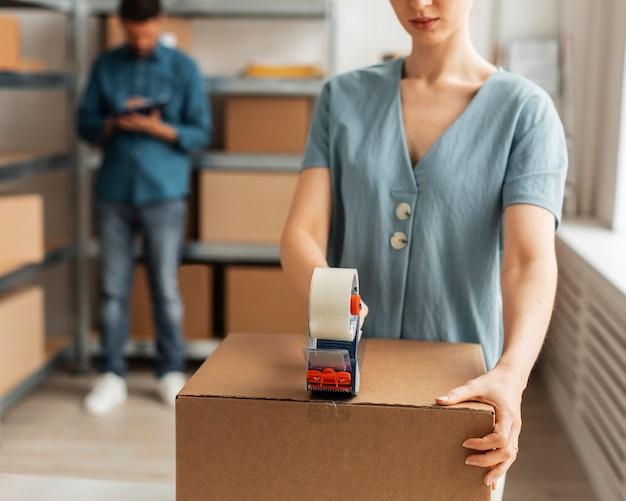 Liefermitarbeiter arbeiten zusammen