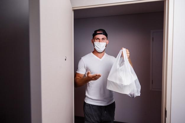 Liefern sie mann, der plastiktüte mit essen hält