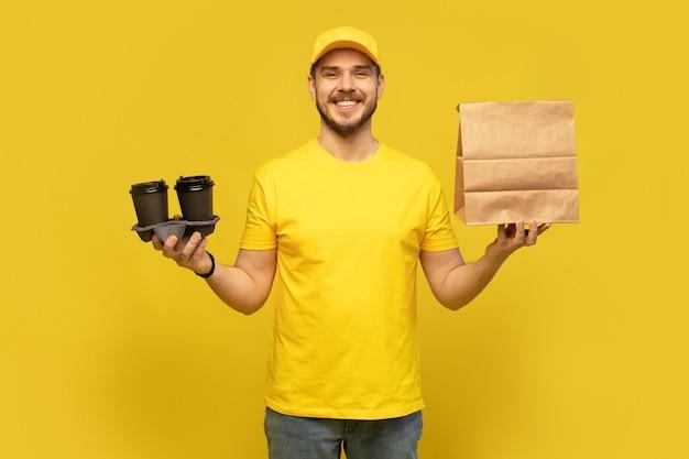 Lieferservice, fast food und people-konzept - glücklicher mann mit kaffee und einweg-papiertüte.