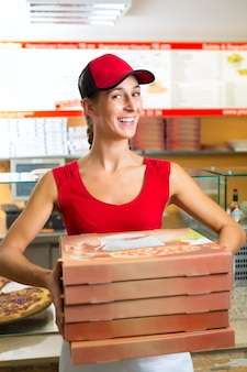 Lieferservice, frau hält pizzakartons