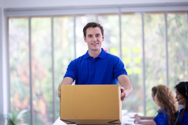Lieferservice mail online-shopping logistik und versandkonzept deliveryman blue t-shirt