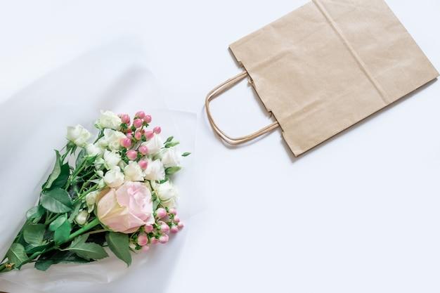 Lieferservice packtasche box flovers rosa weißen hintergrund geschenk versand