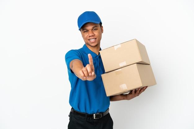 Lieferung afroamerikanischer mann isoliert auf weißem hintergrund, der einen finger zeigt und anhebt