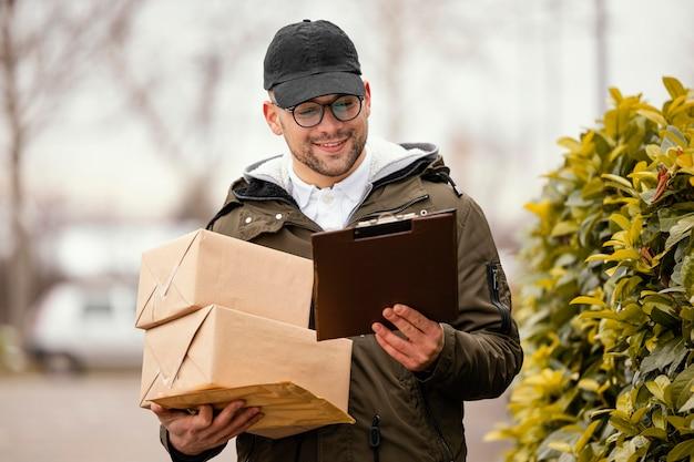 Lieferung männlich mit paketen