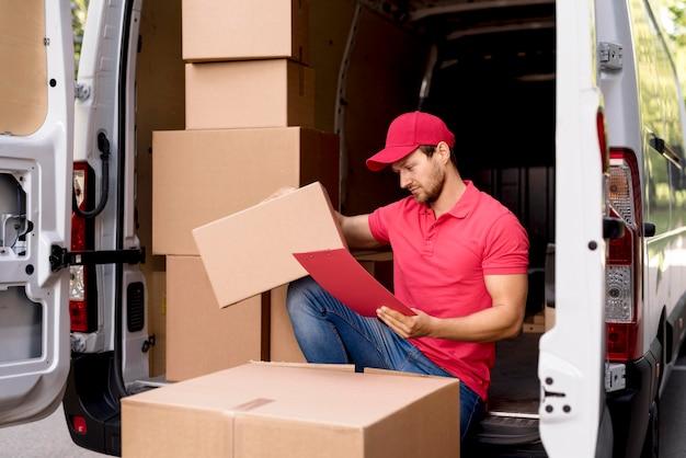 Lieferung männlich mit paketliste