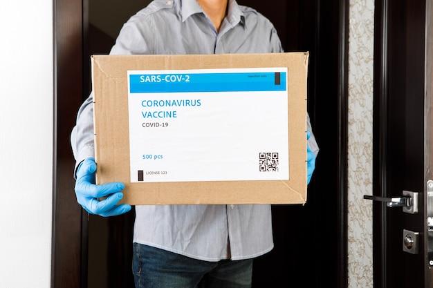 Lieferung medizinischer box mit impfstoffen. der kurier liefert den impfstoff. covid19 virus