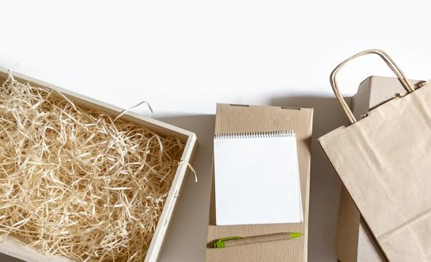 Lieferung packtasche box craft pack papier weißen hintergrund markt