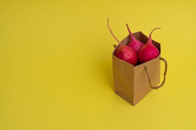 Lieferung von gemüse. paket mit gemüse