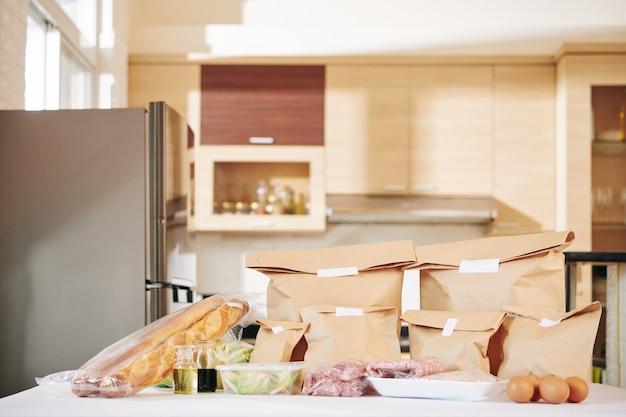 Lieferung von lebensmitteln auf der küchentheke