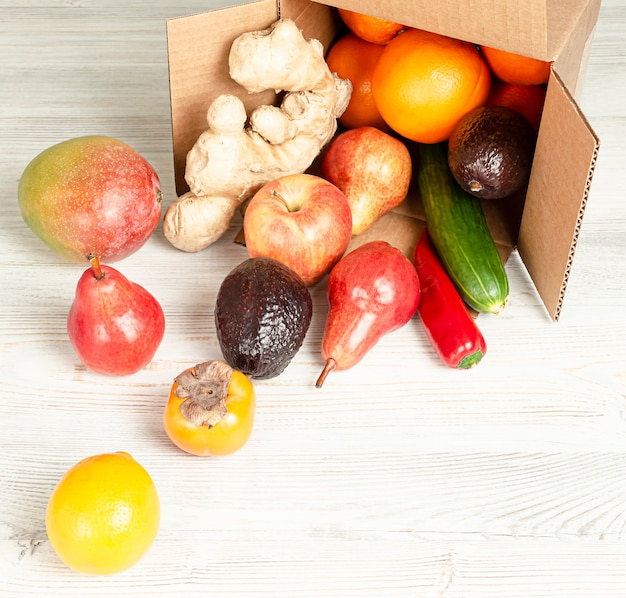 Lieferung von obst und gemüse in einem karton