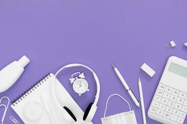 Lieferungen für die schule mit lila hintergrund