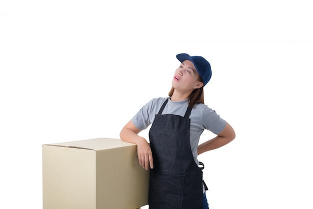Lieferungsfrau im grauen hemd und im schutzblech hält kästen lokalisiertes hemd und schutzblech