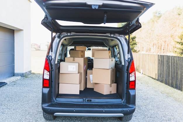 Lieferwagen kofferraum mit boxen