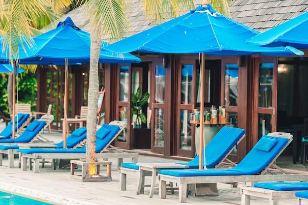 Liegen und sonnenschirm im wunderschönen tropischen resort