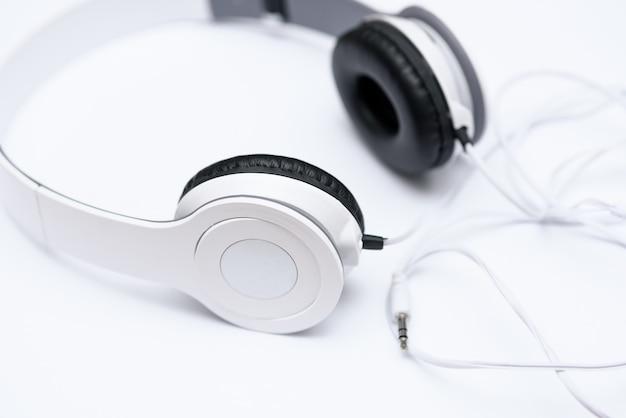 Liegen weiße kopfhörer