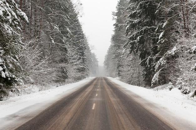 Liegender schnee nach dem letzten schneefall. das bild wurde in der wintersaison aufgenommen.