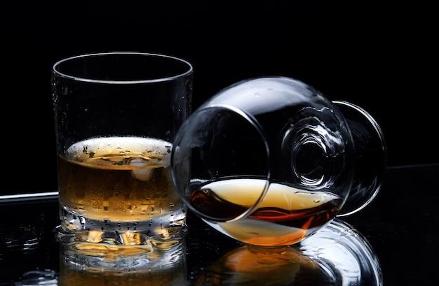 Liegendes cognacglas mit cognac