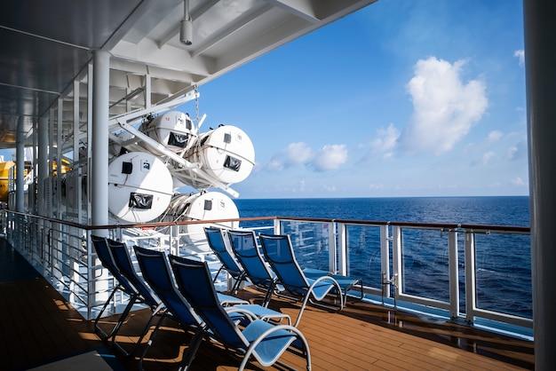 Liegestühle auf dem deck des kreuzfahrtschiffes