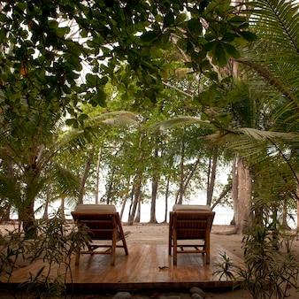 Liegestühle auf einer terrasse in costa rica