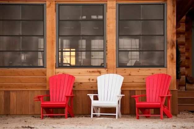 Liegestühle auf einer terrasse in gimli, manitoba, kanada