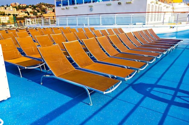 Liegestühle auf kreuzfahrtschiffen