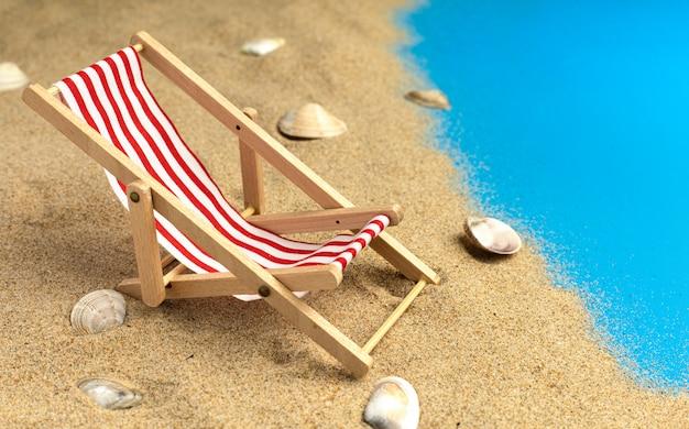Liegestühle auf pastellblauem hintergrund. sommerurlaub.
